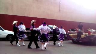 Baile y caballos en el desfile de parral