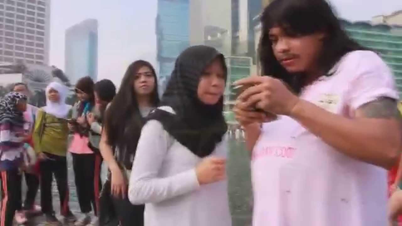 Aksi Konyol Julz Host Siaranku Jadi Ibu Hamil Di CFD Bundaran HI Jakarta
