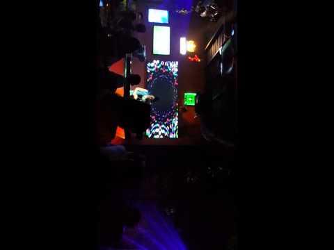 DJ lo hang trong Bar
