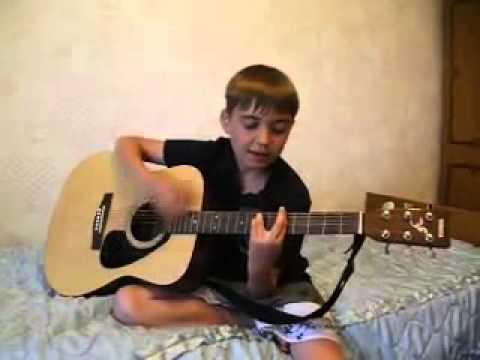 Мальчик очень красиво поёт и играет на гитаре Глаза карие mp4