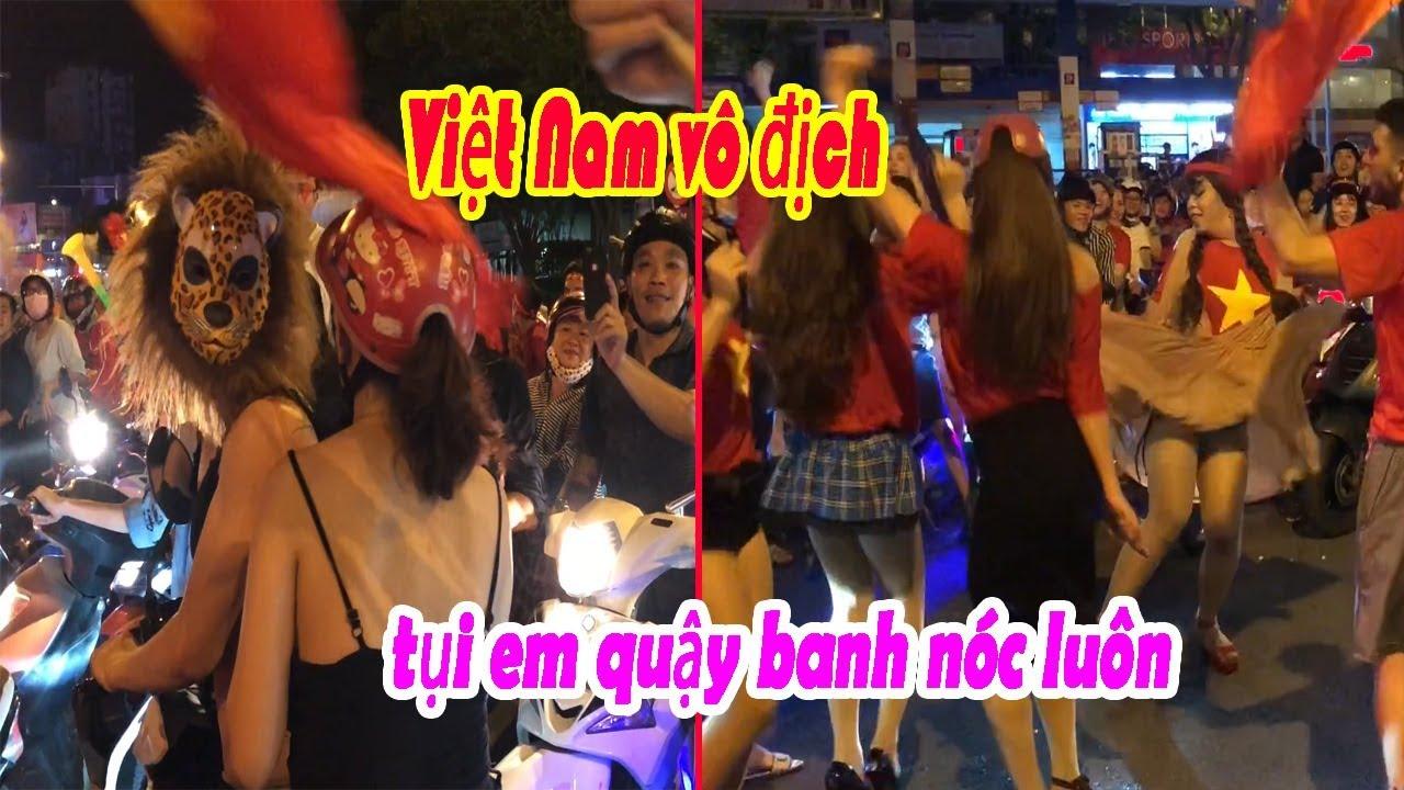 Hội chị em ăn mặc hở hang quậy tưng Sài Gòn sau trận Việt Nam – Malaysai ở Aff cup 2018