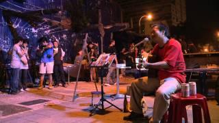 在地本土音樂人,謝銘祐在街道美術館海安路上演唱- 安平追想曲.