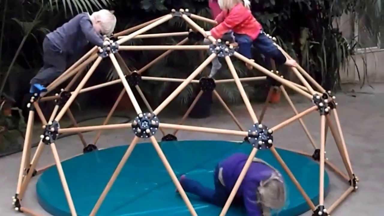 Klettergerüst Wohnzimmer : Udomia kinder klettern am geodesic dome youtube