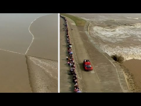 Spectacular tidal bore attracts huge crowds in east China