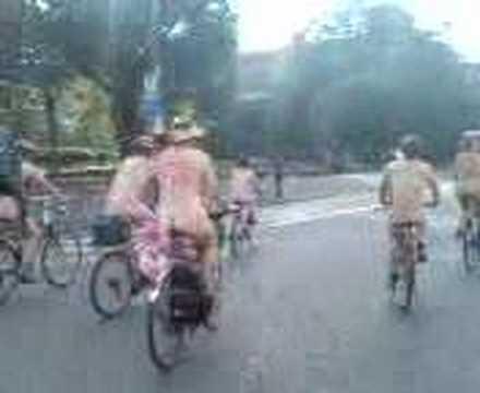 World Naked Bike Ride Manchester: 8th June 2007 (4 of 12)