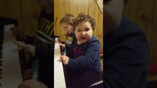 Copy of Самое смешное девочка играет на  пианино!!! Funny video 2 years old girl playing piono