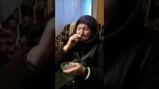 Yaşlı teyzenin sigara içmesi
