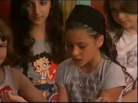 Martina Stoessel junto a Angela Torres actuando en Patito Feo de pequeñas