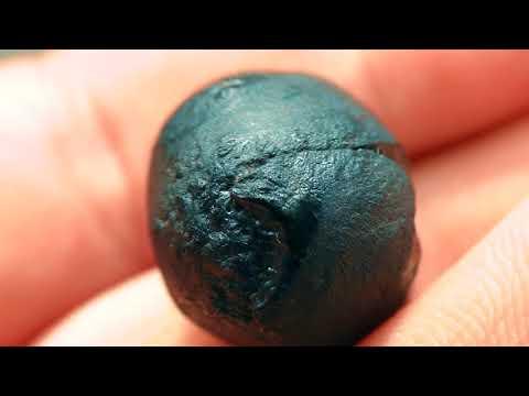 Нашел круглый черный камень