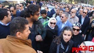 ميدو يواسي زوجة حماده إمام في جنازته (اتفرج)