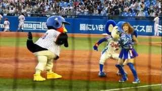 2012.9.1  ドアラとつば九郎、チアのお姉さんと遊ぶ thumbnail