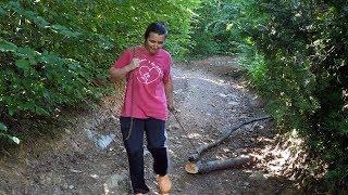 Samohrana majka vozi drva uz pomoć lanca