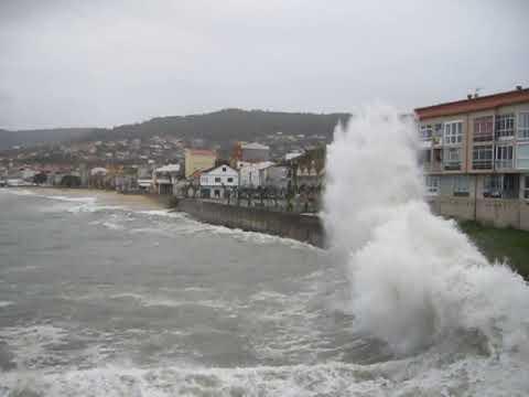 Fuerte temporal costero en la playa Banda do Río de Bueu