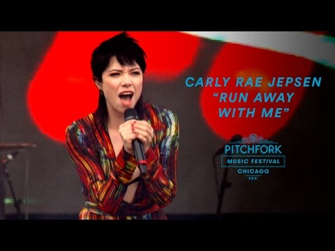 """Carly Rae Jepsen performs """"Run Away With Me"""" 