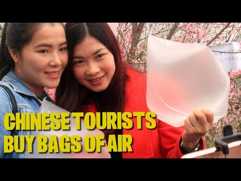 """Chinese Tourists Line Up to Buy Bags of """"Fresh Mountain Air"""""""