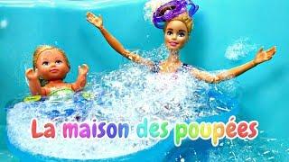 Barbie en français pour enfants. Evi à la piscine. Jeux aux poupées