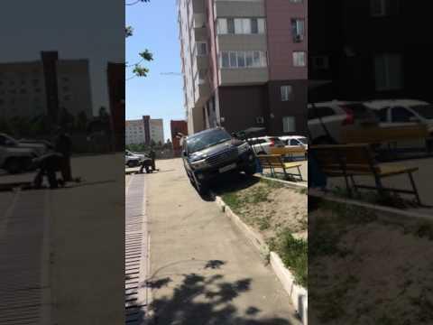 Внедорожник в Челябинском дворе.