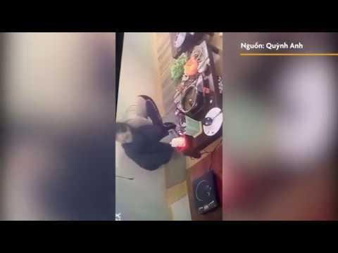 Cô Gái Dùng áo Khoác Trộm Túi Xách Trong Quán ăn