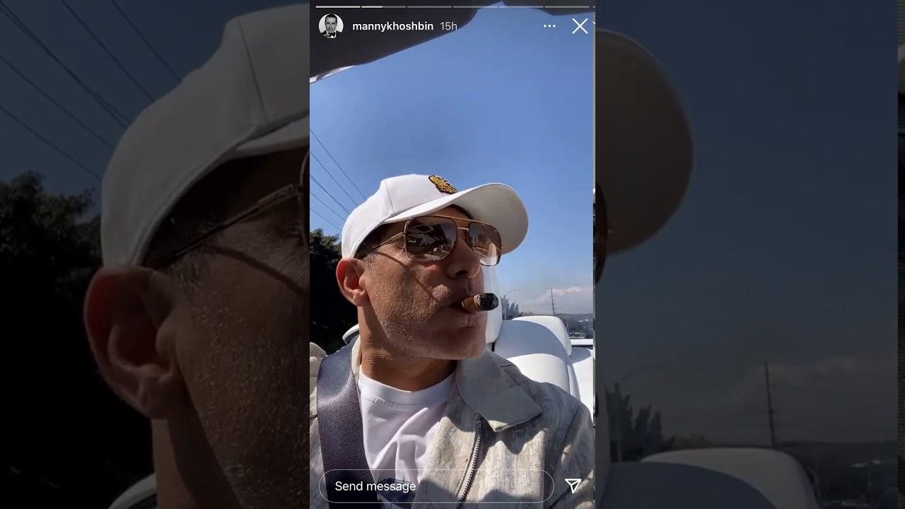 Manny Khoshbin sigara içerken (veya esrar)