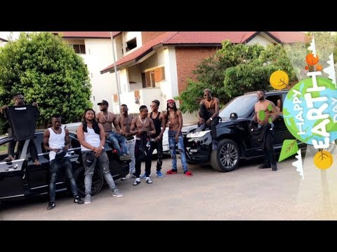 Shatta Wale takes a long convoy to Pent (University of Ghana)  just to see one girl!!!