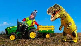 Малыш весело ездит на тракторе и кормит Динозавра сквишами