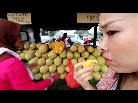 """japanese-girl-eats-""""cempedak-fruit""""-for-the-first-time-in-malaysia"""