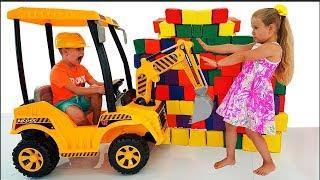 डियेना और रोमा टॉय क्यूब्स के साथ खेलते हुए Kids playing with toy cubes