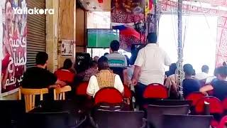 رواد مقهى في السيدة زينب يشاهدون الشوط الأول لمصر