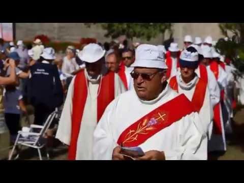 Procession des prêtres au début de la messe - pélé île Mdame du 20-8-15