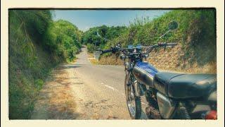 古いオフロードバイクに乗って古い町並みを探し行く thumbnail