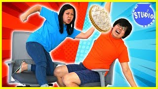 Baixar Mommy vs Daddy Office Chair Race with Loser gets Pie in the face!