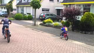 Justin kan fietsen en vallen combineren