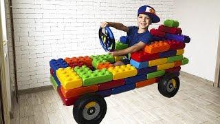 Марк сделал машинку из разноцветных игрушечных блоков и отремонтировал телевизор.