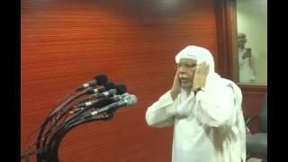 (LANGKA) Syekh Ali, seorang muadzin Masjid Al Harom sedang adzan