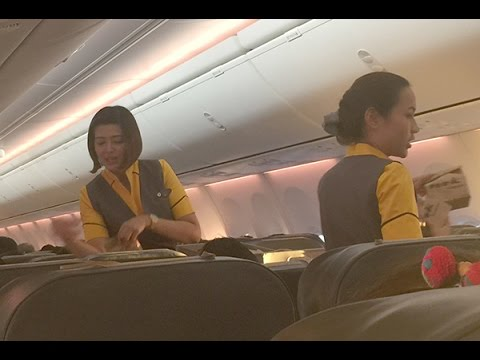 นางฟ้าน้ำใจงาม!  แอร์โฮสเตสสาวสายการบินนกแอร์ เดินบริการอาหารว่างผู้โดยสารเที่ยวบินกรุงเทพฯ-อุดร