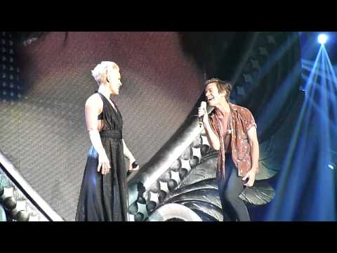 P!nk feat. Nate Russ - Just give me a reason live in Hamburg am 01.05
