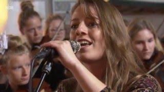 Keike Faltings singt friesische Lieder in der Süderender Kirche