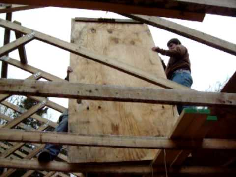 Using A Pully To Put Plywood On The Roof 100 4422 Mov
