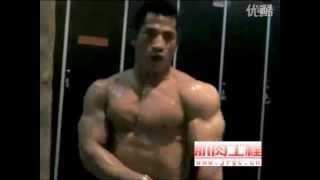 Huge bodybuilder poses nude in lockerroom after workout
