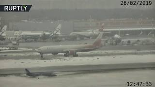 Бизнес-джет скользит по взлётно-посадочной полосе в аэропорту Шереметьево — видео