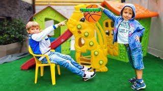 Макс vs Никита...Дети притворились что играют в баскетбол...Кто получит приз?