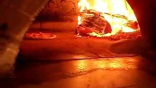 Приготовление пицы поваром в помпейской печи.