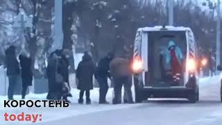 """У Коростені біля РДА Volkswagen збив жінку, потерпілу забрала """"швидка"""""""