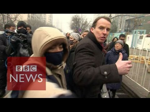 How to report while being manhandled by security in China - BBC News