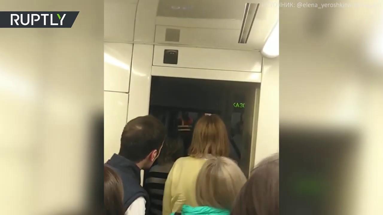Эвакуация пассажиров из застрявшего поезда метро в Москве