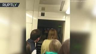 В московском метро эвакуируют пассажиров из застрявшего поезда — видео