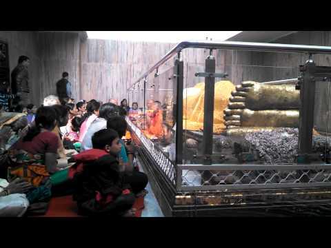 [Золотой круг Будды] - Кушинагар, внутри храма со статуей Будды