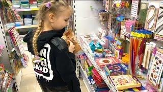 ВЛОГ АЛИСА хочет СОЗДАВАТЬ ПЛАМФОВ ! ЗАБИРАЕМ АЛИСУ С УЧЁБЫ и покупаем всё для творчества ребёнка !