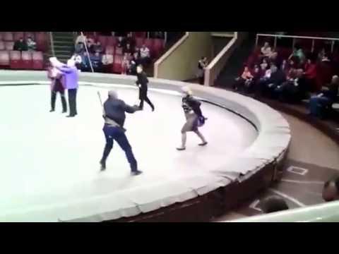 Пьяный мужик в цирке опозорил себя и снял юбку с жены