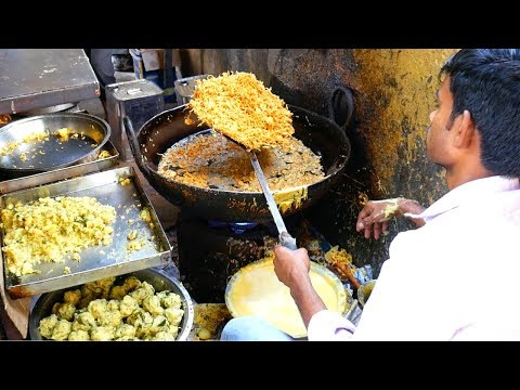 Mouthwatering INDIAN STREET FOOD tour in Mumbai - INSANE street burger and BEST samosa in Mumbai